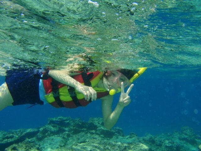 幻の島周辺でシュノーケリングをする女性