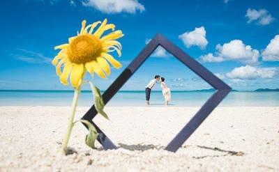 石垣島のビーチに写るひまわりとカップル