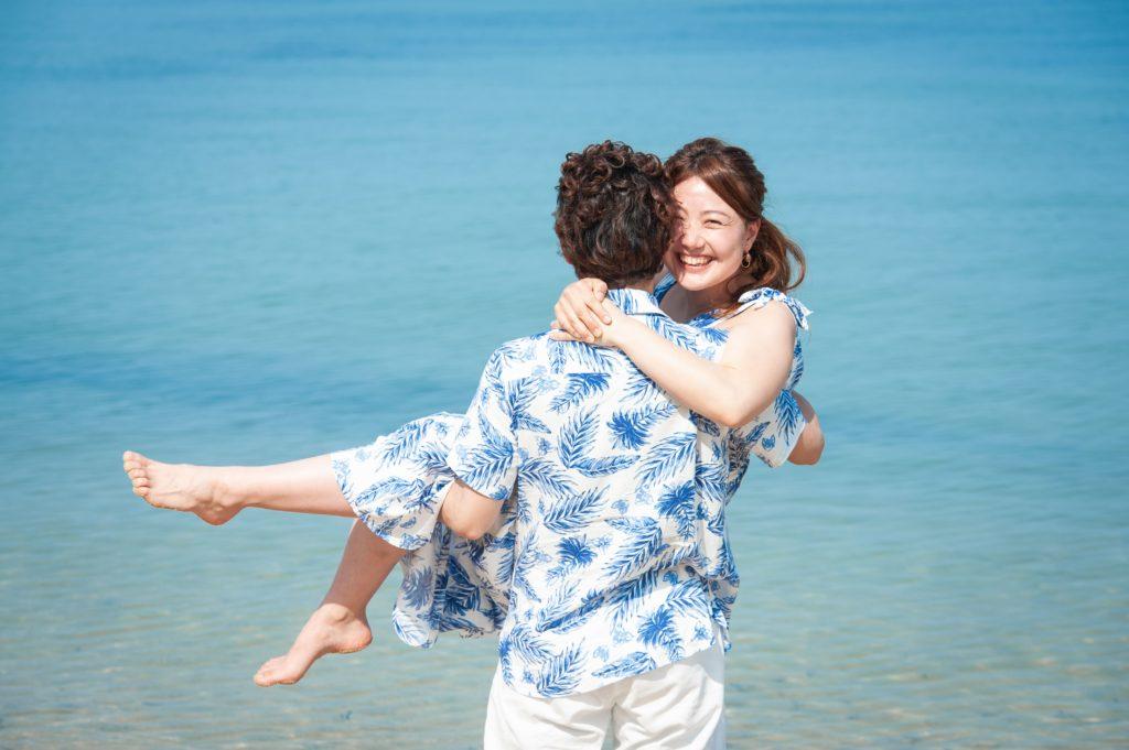 海をバックに歩くカップル