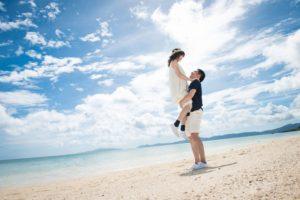 ビーチで彼女を抱きかかえる彼氏