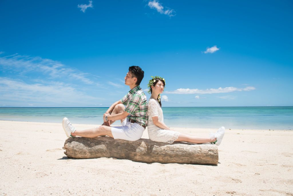 砂浜で座るカップル