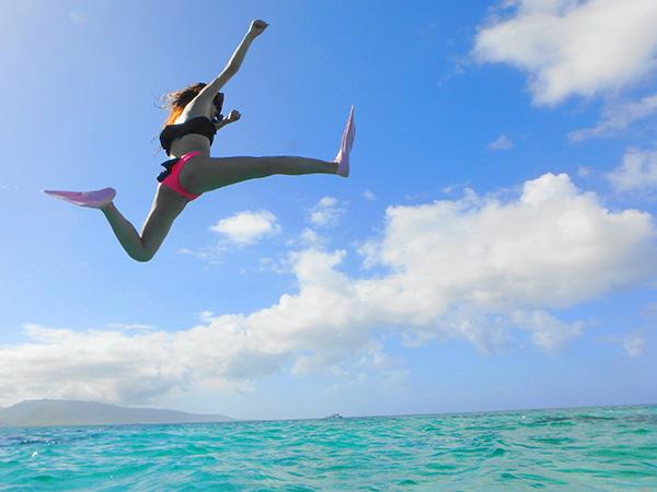 パナリ島の海飛び込む女性