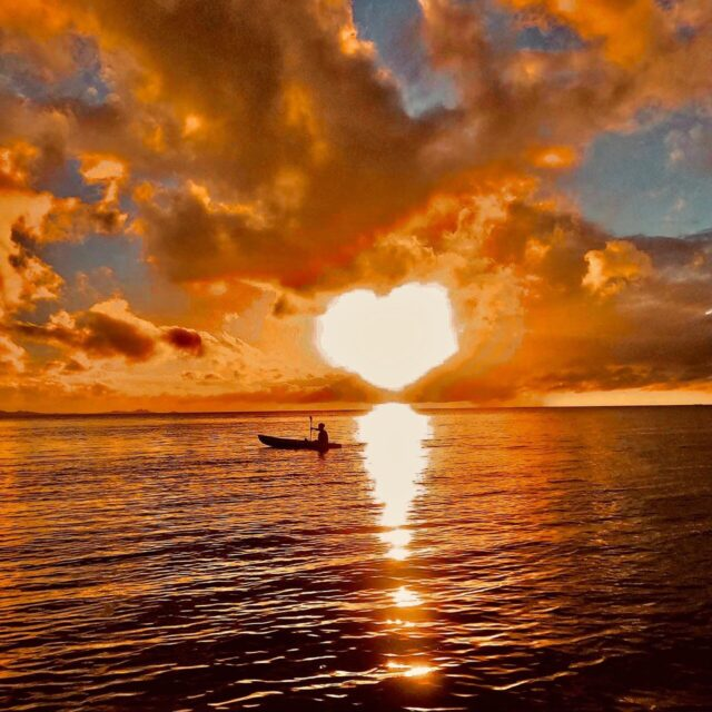 石垣島の夕方にカヌーを楽しむ人