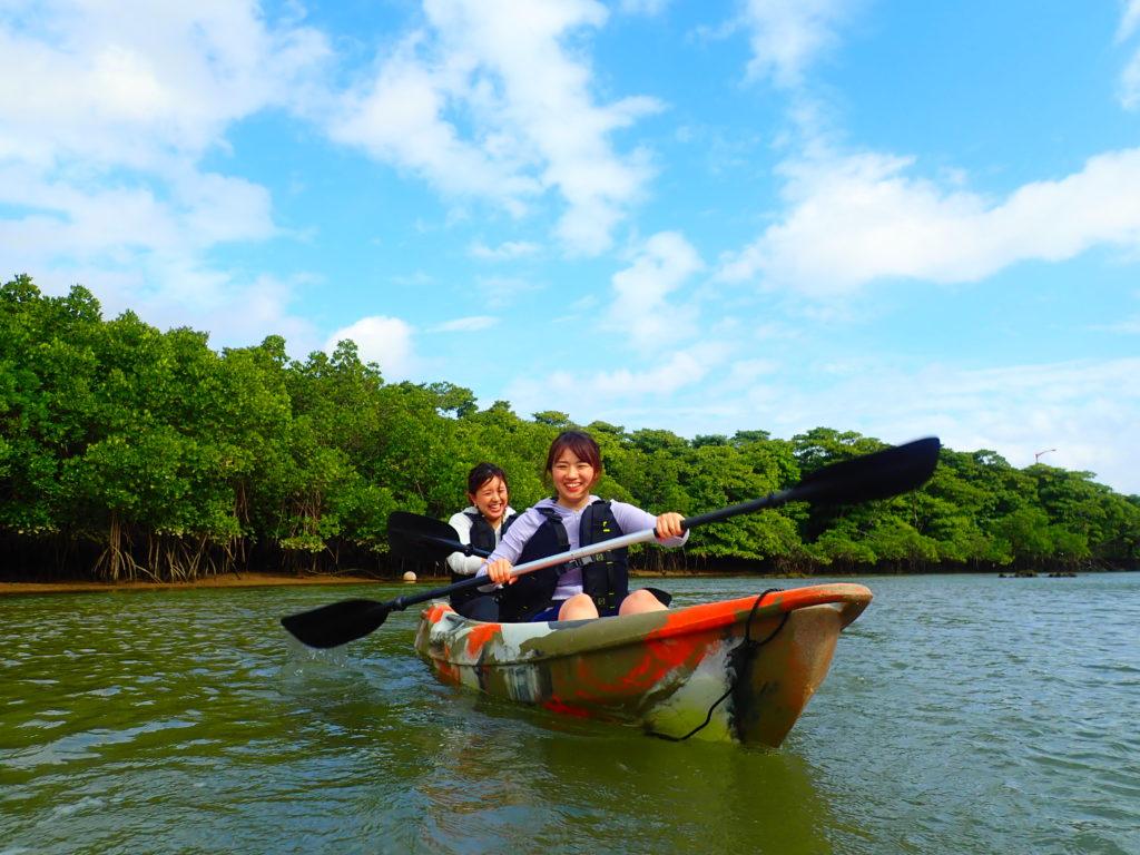宮良川でカヌー女の子2人