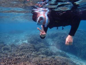 美しい海でシュノーケリングを体験する男性