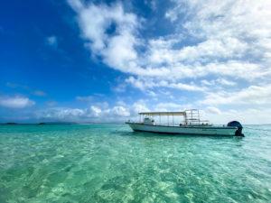 透明な海に浮かぶボート