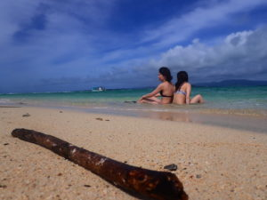 幻の島に上陸してる女性2人