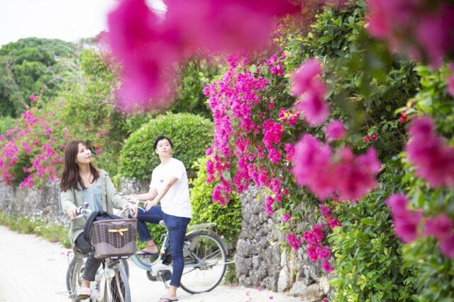 竹富島 t¥レンタサイクルに乗るカップル