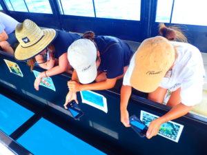 グラスボートを楽しむ女子3人