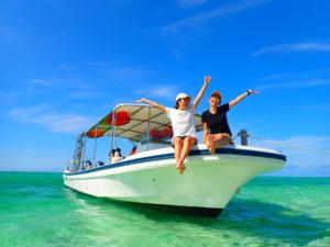 船の上に座る女子2人
