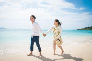 石垣島のビーチで手をつなぐカップル