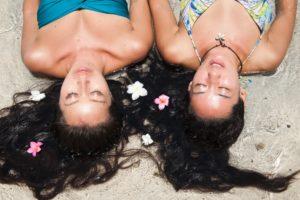砂浜に寝そべる女性たち