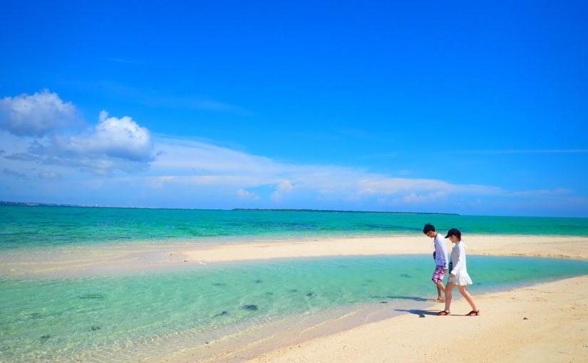 石垣島、幻の島上陸&シュノーケリング、カップルで白い砂浜の上を歩く