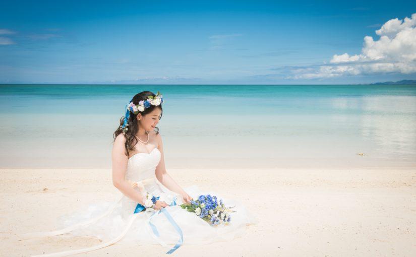 石垣島の砂浜に座る新婦