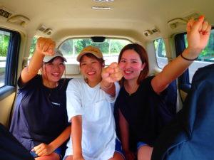 送迎車に乗る女子3人