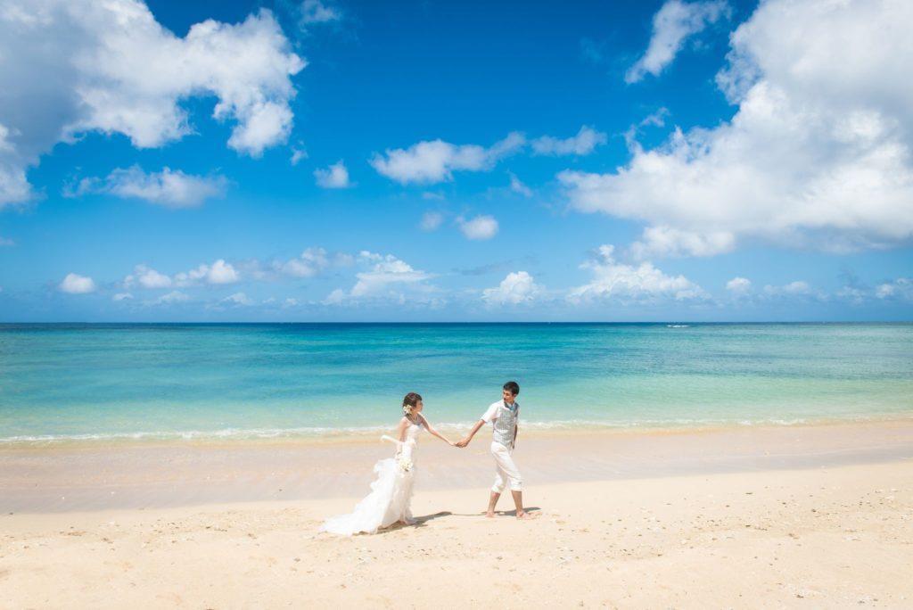石垣島の海とドレス姿のカップル