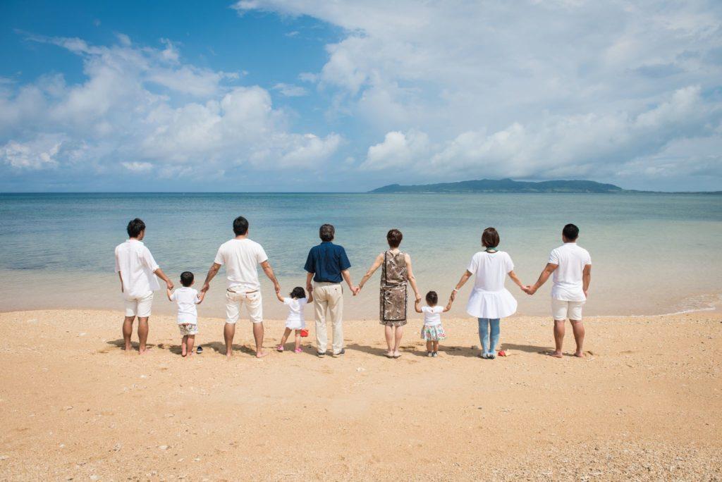 家族三世代で写真撮影