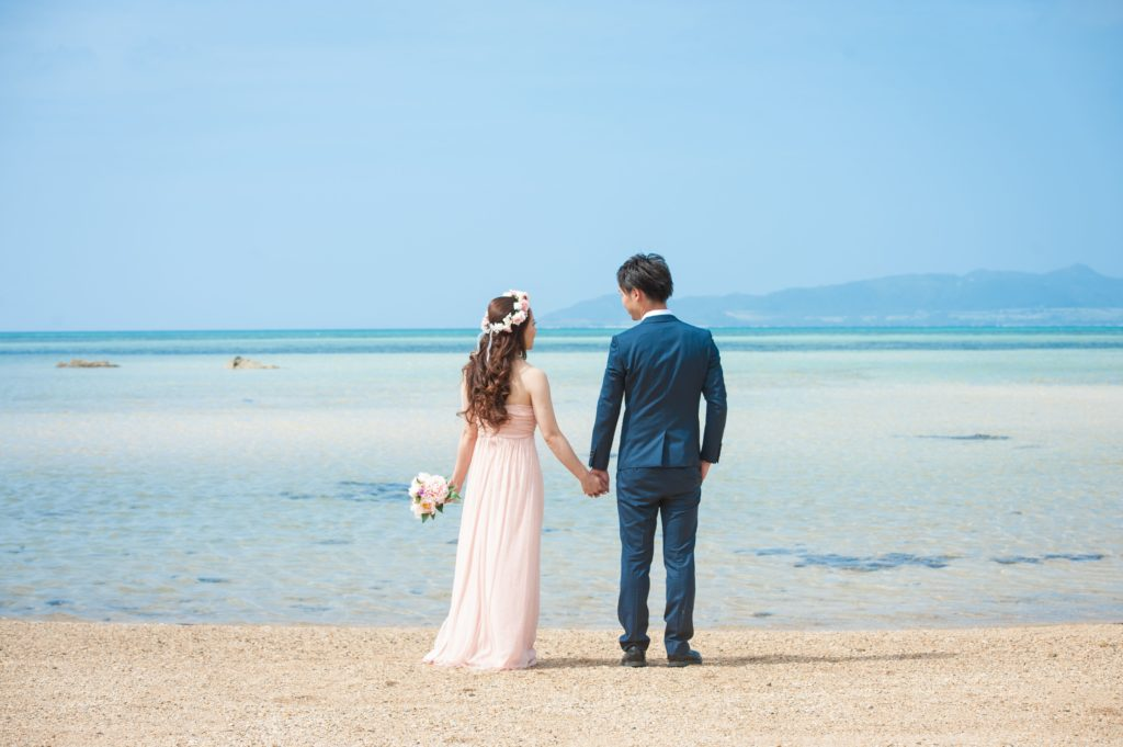 浜辺でたたずむカップル