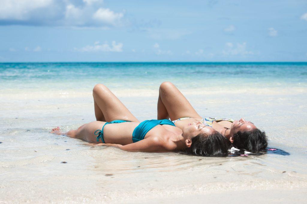 石垣島のビーチで寝転がる女子たち