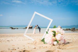 石垣島のビーチでキスをするカップル