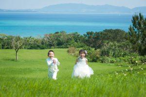 草原を駆ける子供たち