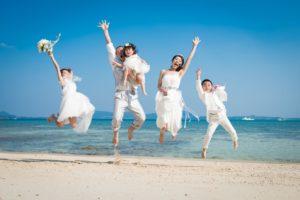 家族みんなで海辺でジャンプ