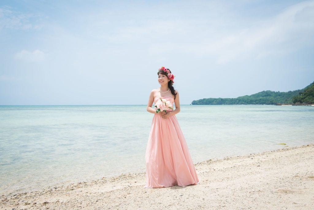 海辺でカラードレスを着た女性