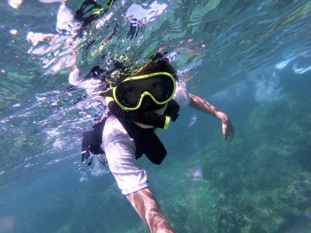 透明な海でシュノーケリング、女性