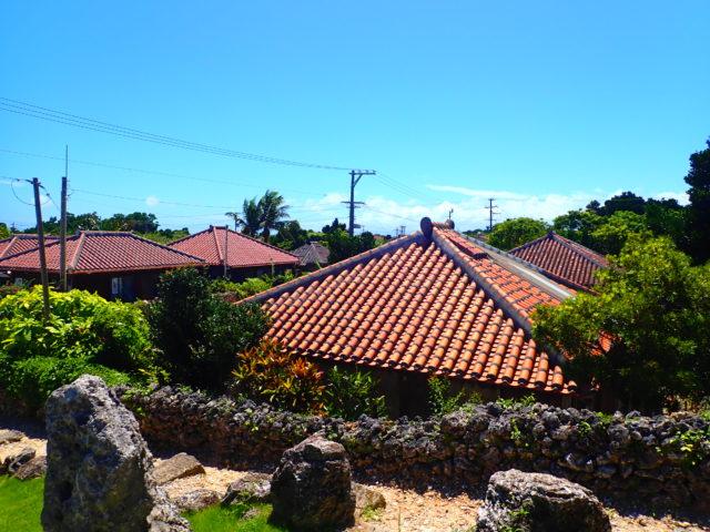 竹富島、なごみの塔と集落