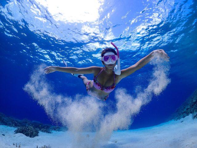 スキンダイビング体験を楽しむ女性
