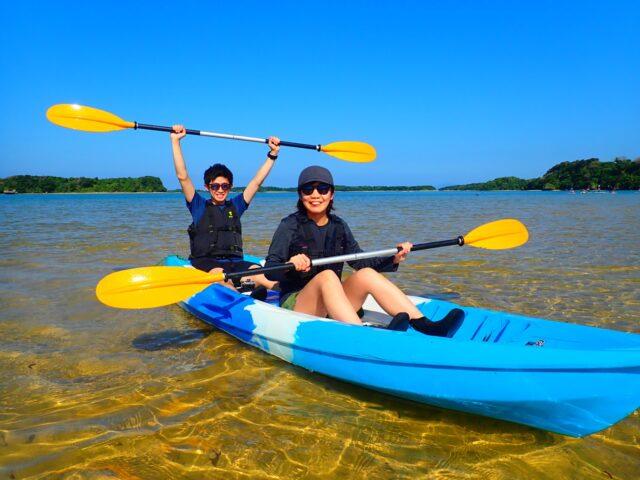 川平湾でカヌーを楽しむ男女