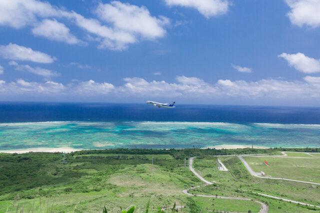 沖縄の空を飛ぶ飛行機